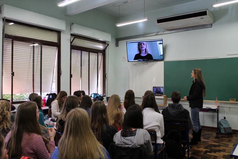 Doutora participa de videoconferência cobre vírus com alunos do 3º ano